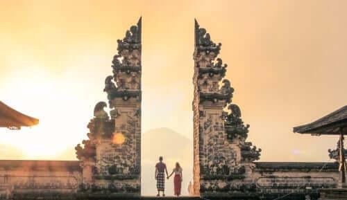 Par vid tempel