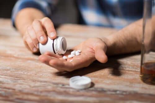 Person som tömmer piller ur en burk