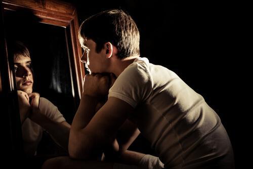 Pojke som tittar i spegel.