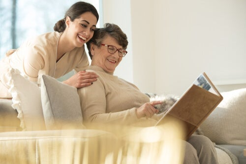 Vårdgivare som ser på foton med sin patient