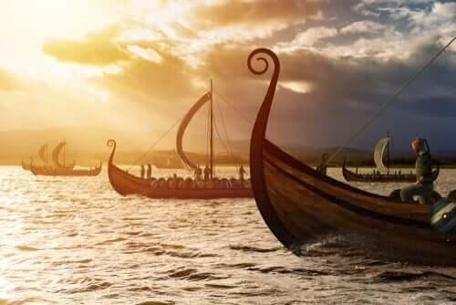 Vikingaskepp på havet.