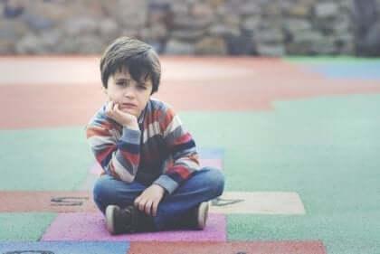 Barn som sitter på matta.