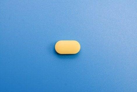 Gult piller med blå bakgrund.