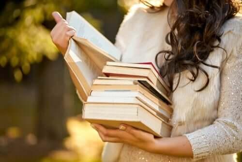 Kvinna som håller böcker.