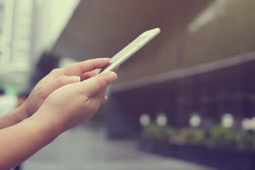 Kvinna som håller smartphone.