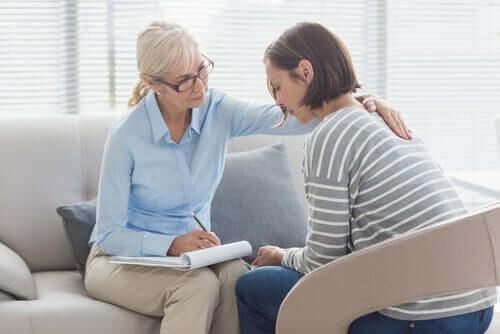 Kvinna som sitter med terapeut.
