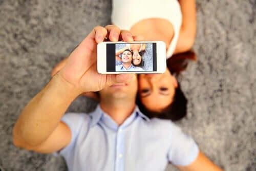Man och kvinna som tar foto.