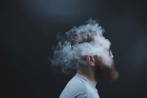 Man omgiven av rök.