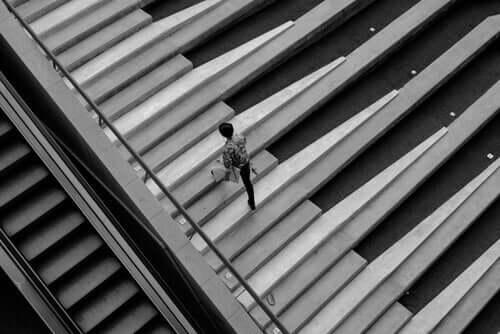 Man som går i trappa.