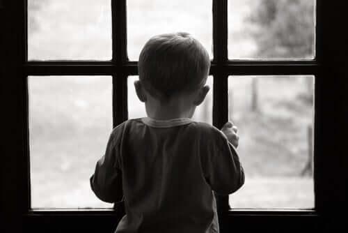 Pojke som står vid dörr.