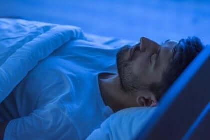 Sovande man i säng