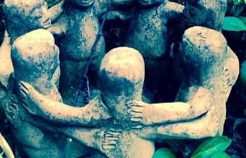 Statyer som håller om varandra.