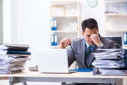 Stressad man som arbetar.