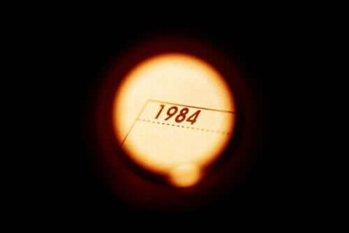 1984 är titeln på den mest berömda romanen av George Orwell.