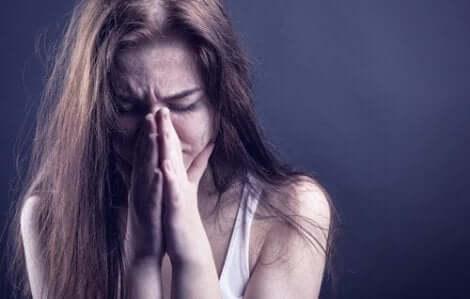 En väldigt stressad kvinna