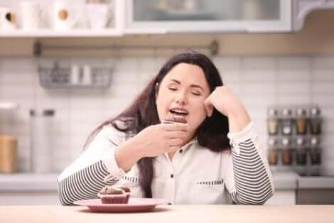 Kvinna tröstäter muffins