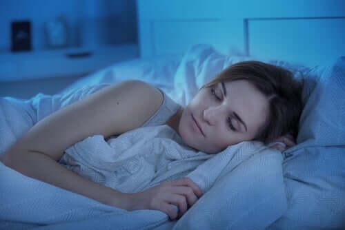 En kvinna som sover.