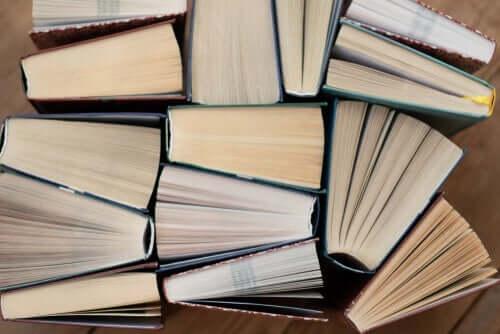 Hög med böcker.