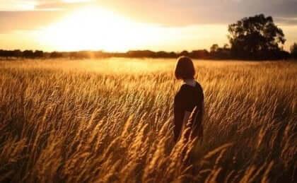 Kvinna som går i fält.