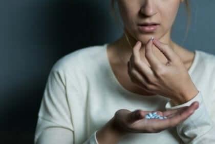 Kvinna som tar piller.