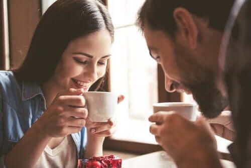 Man och kvinna som dricker kaffe.