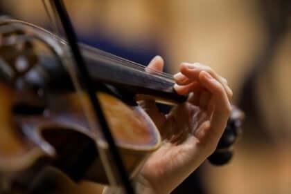 Person som spelar violin.
