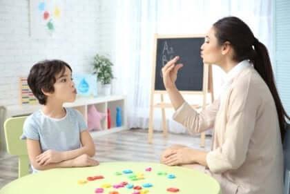 Talpedagogen ger ofta barnet med specifik språkstörning övningar för att förbättra barnets tal