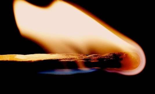 En tänd tändsticka som håller på att brinna ut.