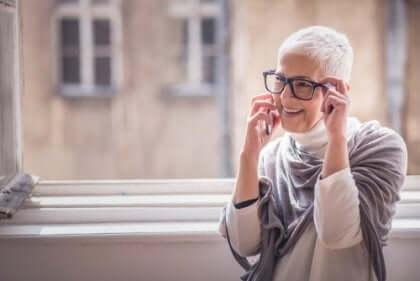 Äldre kvinna talar i telefonen