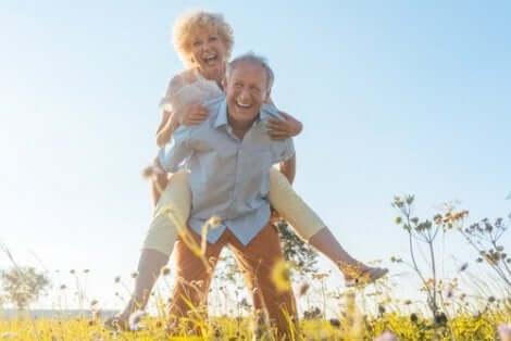 Äldre par på äng