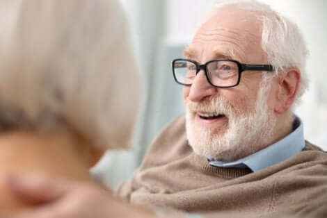 Leende äldre man