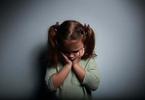 Tomhetskänslor hos barn beror ofta på bristande tillgivenhet