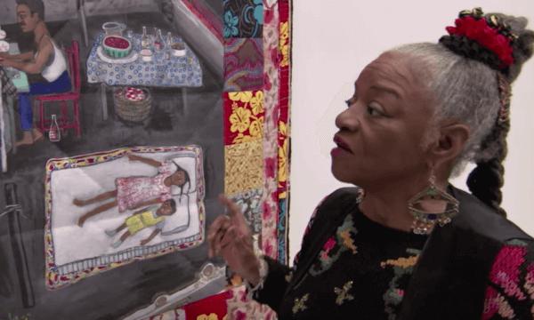 Faith Ringgold tittar på några konstverk.