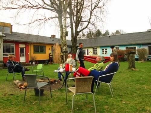 Familj som sitter utomhus.