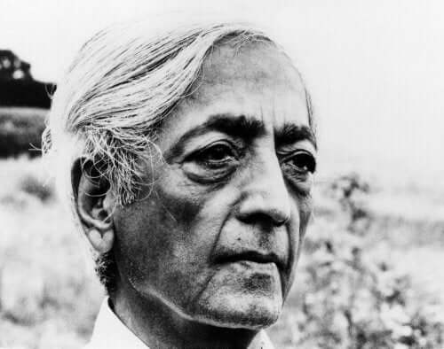 Filosofen Jiddu Krishnamurti tittar mot horisonten.