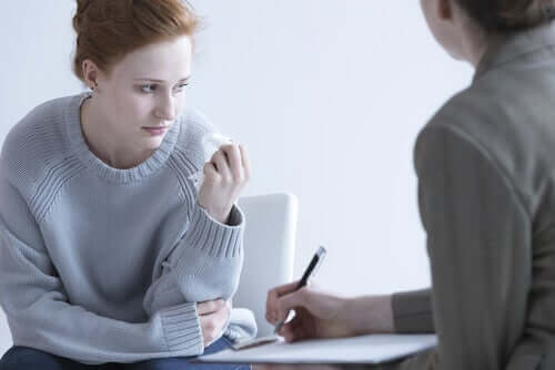 En kvinna som får terapi för försenad sorg eller förlust.