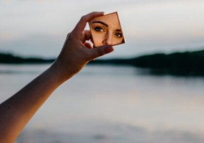 Kvinna med spegel.
