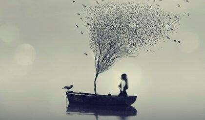 Kvinna med träd i båt.
