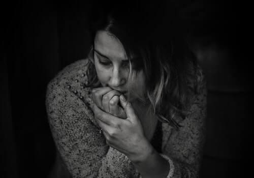 Kvinna som biter på naglarna.