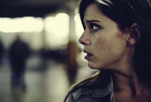 Kvinna som ser rädd ut.