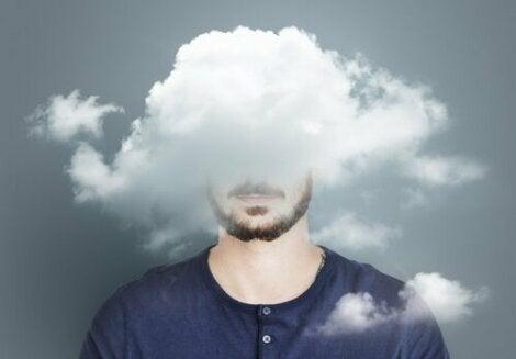 En man med huvudet i molnen.