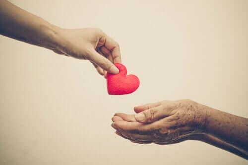Person som ger ett hjärta.