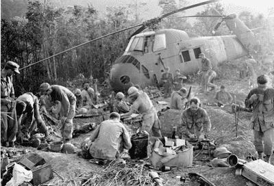 Soldater hjälper varandra under ett uppror.