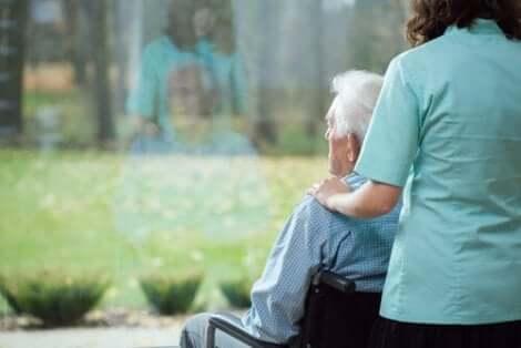 Äldre man tittar ut
