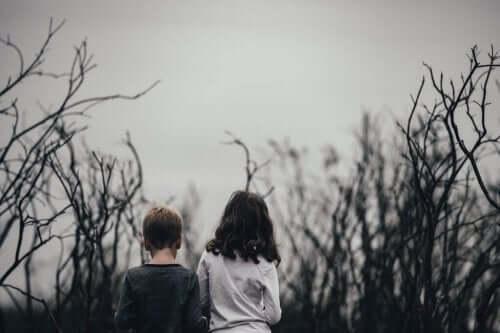 Barn i dystert landskap