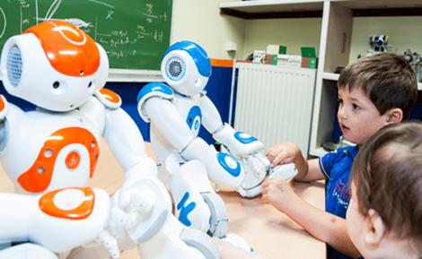 Barn med färgglada robotar