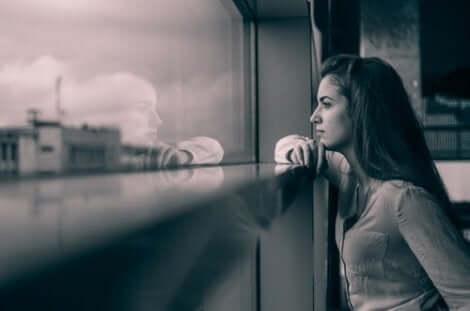 Ensam kvinna vid fönster