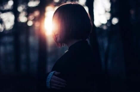 Ensam person i skogen