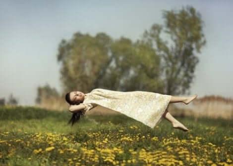 Kvinna flyter över fält
