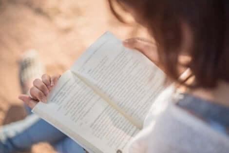 Läsande kvinna